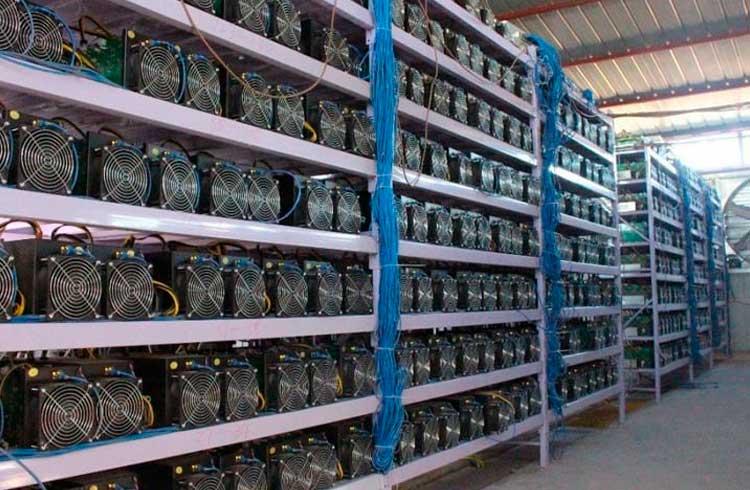 """Empresa deixa Bitmain """"comendo poeira"""" e lança hardware de mineração de Bitcoin mais eficiente"""