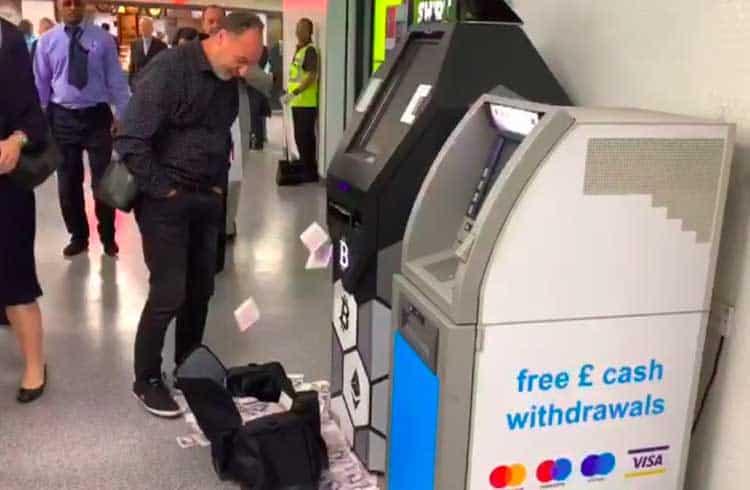 """Caixa eletrônico de Bitcoin em Londres """"cospe"""" dinheiro dentro da mala de investidor"""
