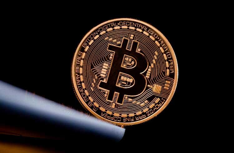 Preço do Bitcoin chega próximo dos US$11 mil e recua nesta manhã