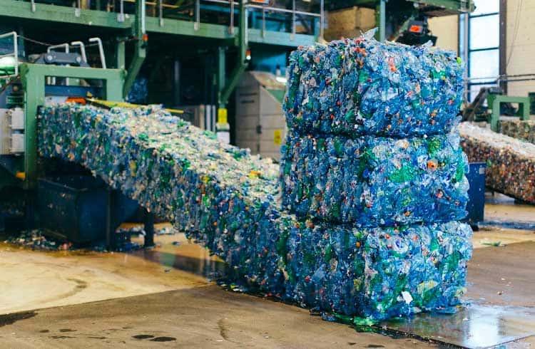 Roupas que usam plástico dos oceanos conta com blockchain para rastreabilidade