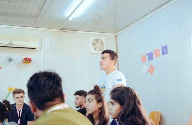 Sírio de 16 anos ensina o básico sobre criptomoedas em campo de refugiados