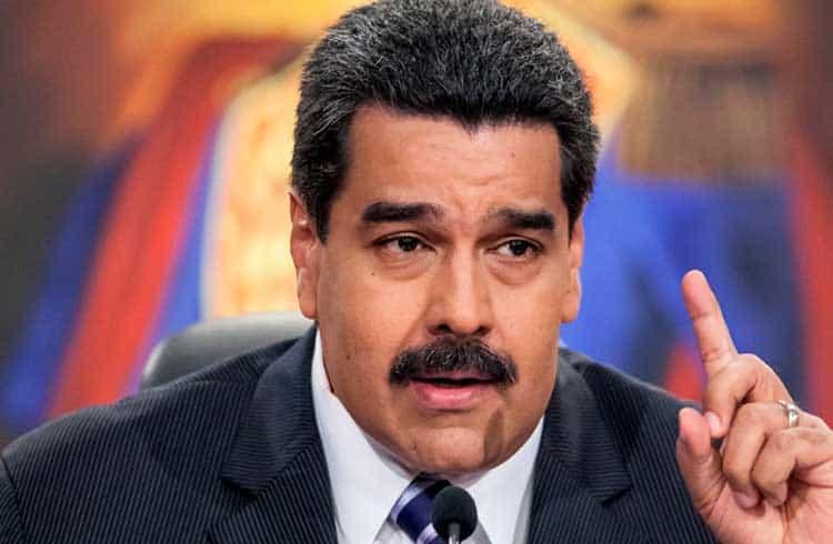 Maduro ordena que petroleira estatal venda 4,5 milhões de barris em Petro