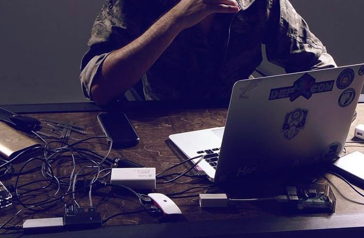 Hacker afirma que conseguiu dados das fabricantes de carteira Trezor e Ledger
