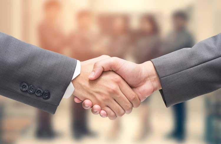 Banco Topázio faz parceria com Chainalysis para fornecer serviços bancários a empresas de criptomoeda