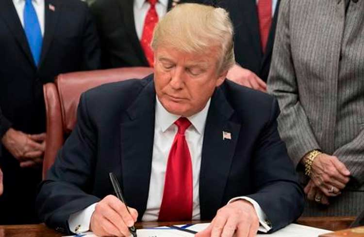 Donald Trump assina lei que pode impulsionar uso de criptomoeda chinesa
