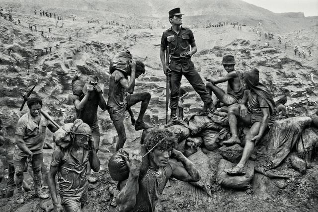 Militar observa o trabalho dos garimpeiros
