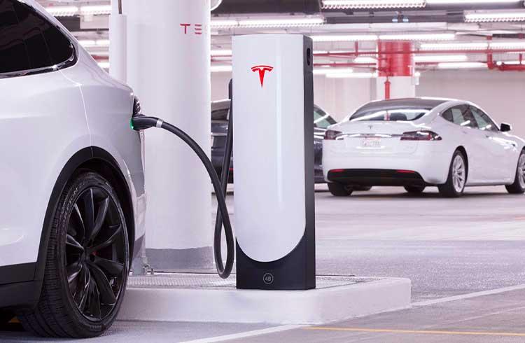 Trader minera Ethereum usando um carro da Tesla