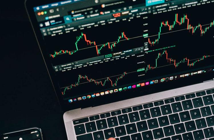Dominância do Bitcoin cai e Uniswap avança 19% nesta segunda-feira