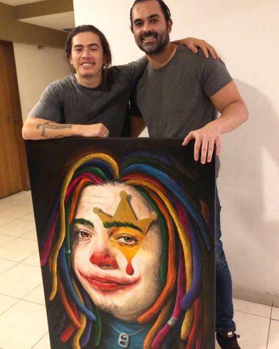 Fernando Quevedo presenteia o comediante Whindersson Nunes. Fonte: Fernando Quevedo