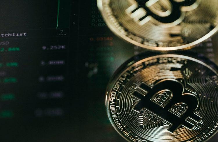 Bitcoin retroage para R$ 317.000, mas outras criptomoedas avançam