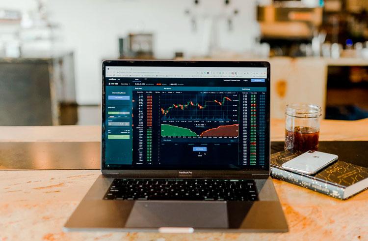 Investidores acumulam 3 criptomoedas durante correção do Bitcoin