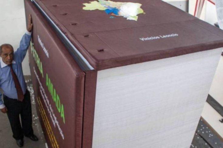 Livro com toda a legislação tributária brasileira pesa 27 toneladas e mede mais de 2,5 metros de altura.