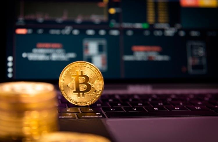 Bitcoin e criptomoedas mostram reação após domingo sangrento