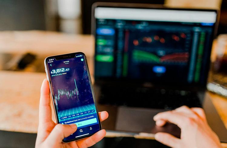 Trader que cravou preço do Bitcoin recomenda 5 criptomoedas para maio