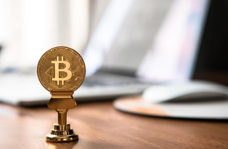 Bitcoin valoriza 8% e se destaca do restante das criptomoedas