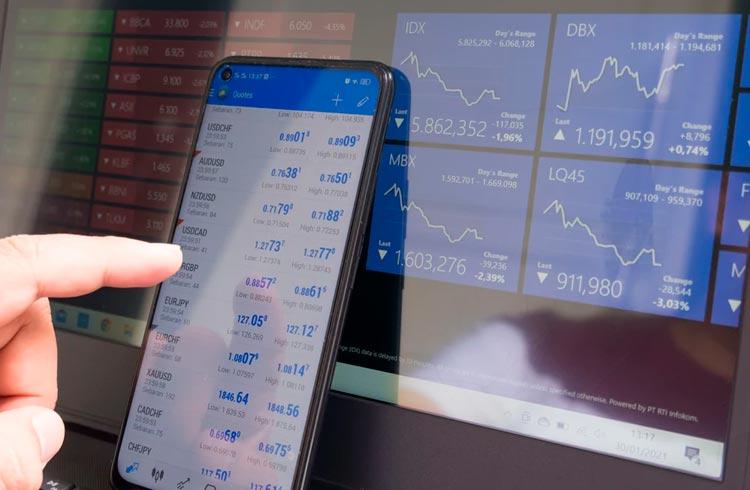 Ibovespa vira no positivo e dólar em queda em meio a incertezas