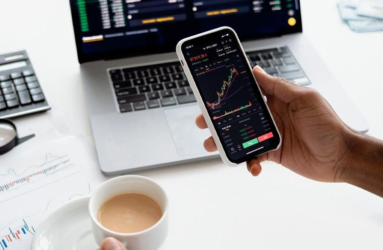 Bitcoin corrige enquanto Solana valoriza 9%; Ethereum e XRP operam em alta