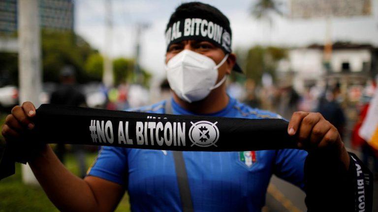 """Homem vende badanas que dizem: """"Não ao Bitcoin"""". Copyright Jose Cabezas/Reuters"""