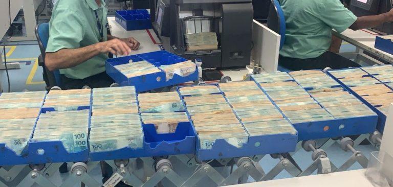 Contagem de dinheiro apreendido na casa de Glaidson. Foto: Reprodução