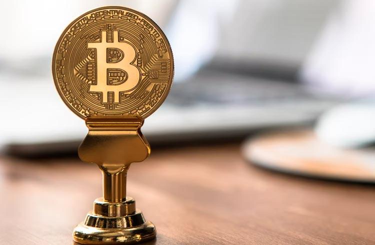 Bitcoin volta a subir e valorização chega a 2% e tokens chegam a subir 19%.