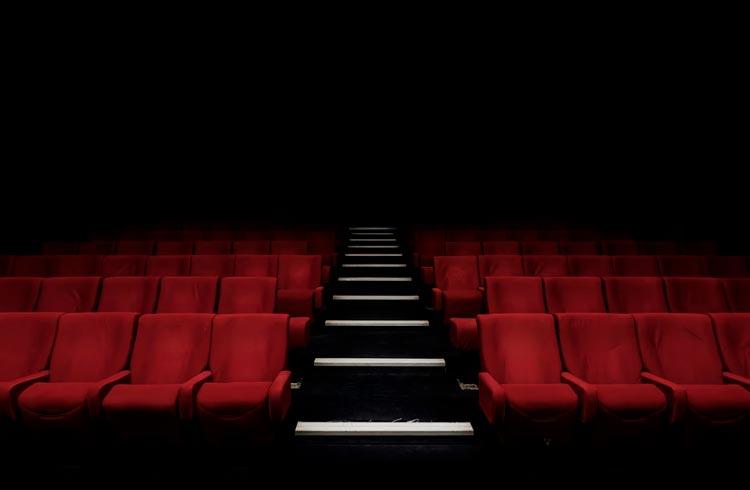 Com medo de falir, maior rede de cinemas do mundo passa a aceitar criptomoedas