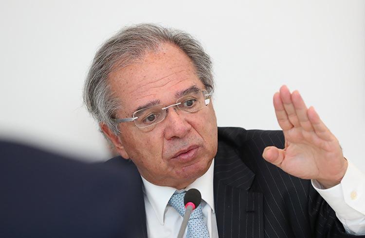 Paulo Guedes planeja tributar criptomoedas, diz colunista